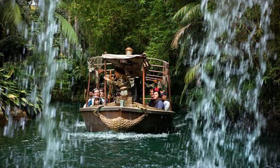 Brinquedo Jungle Cruise mostra pessoas dentro de um barco numa piscina que simula um rio