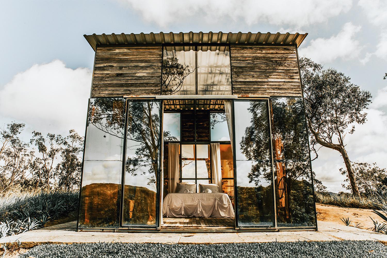 Direto na natureza: a suíte mais disputada do Uaná Etê, em Sacra Família do Tinguá, é toda revestida de vidro, sem banheiro nem luz elétrica -
