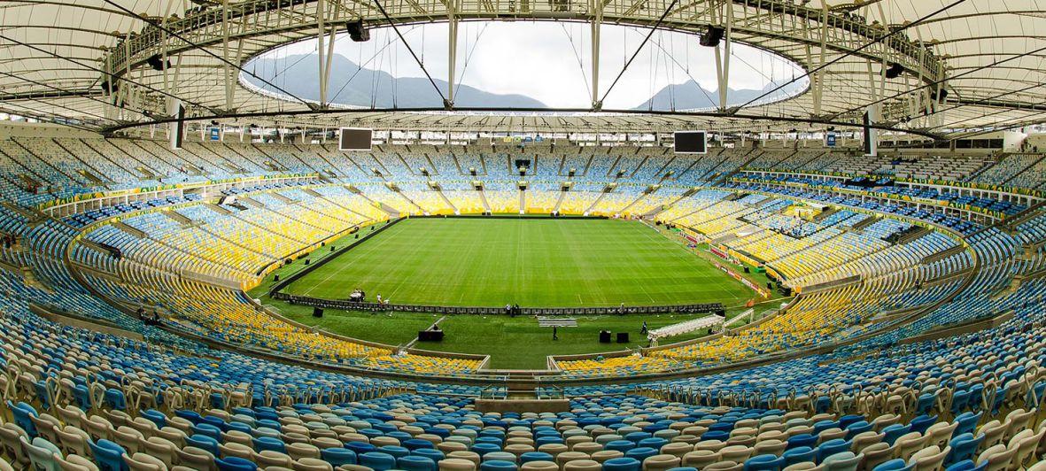 Foto panoramica do Maracanã, mostrando a arquibancada e o campo