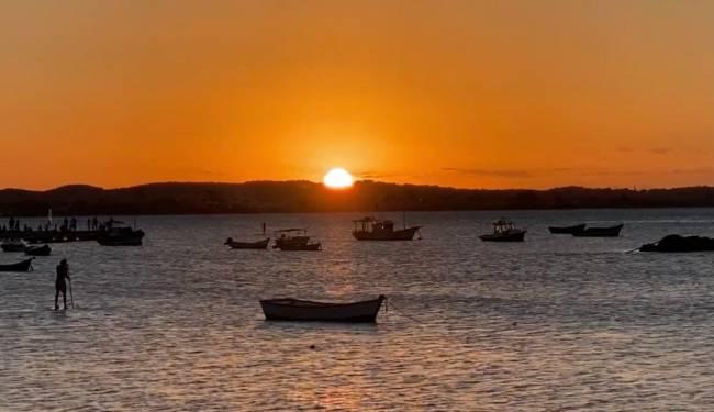 O sol caindo no mar, em frente ao Beli
