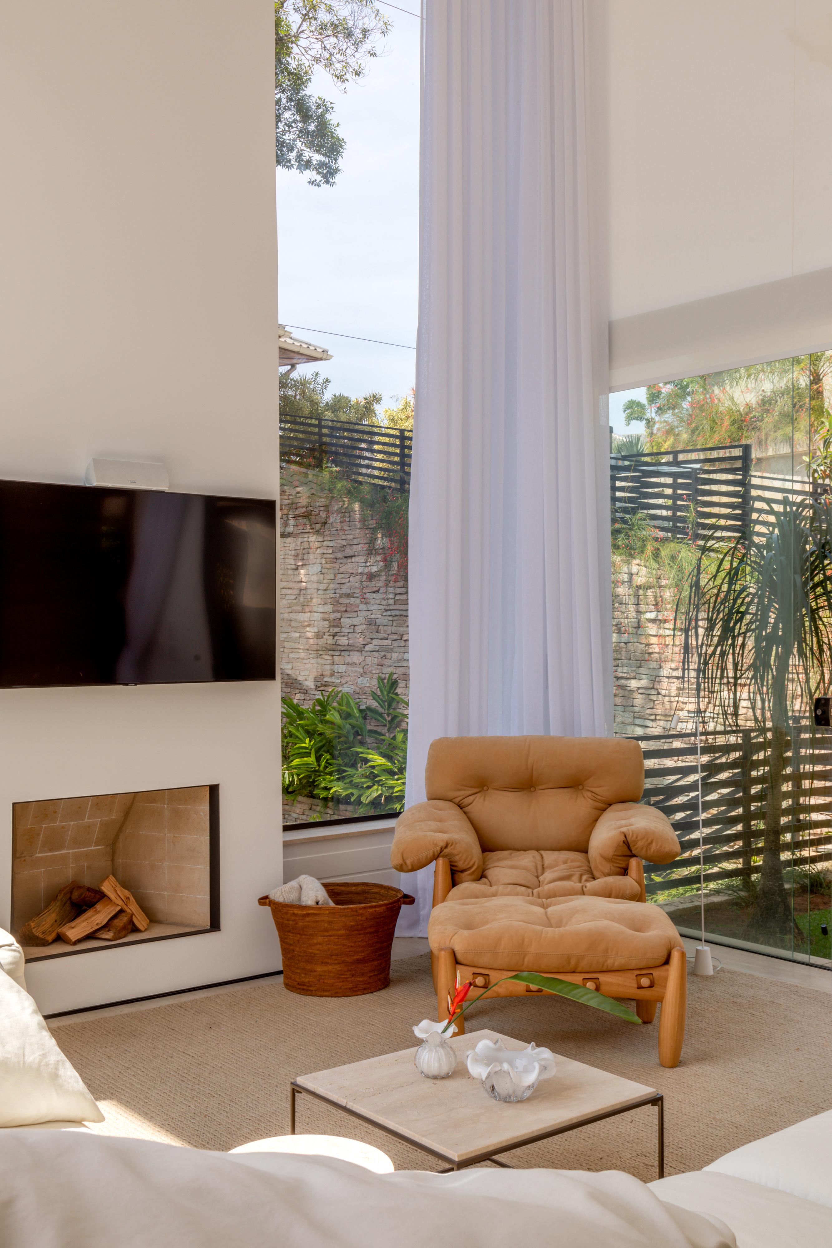 Casa na Serra de Diego Raposo valoriza as texturas e a iluminação natural