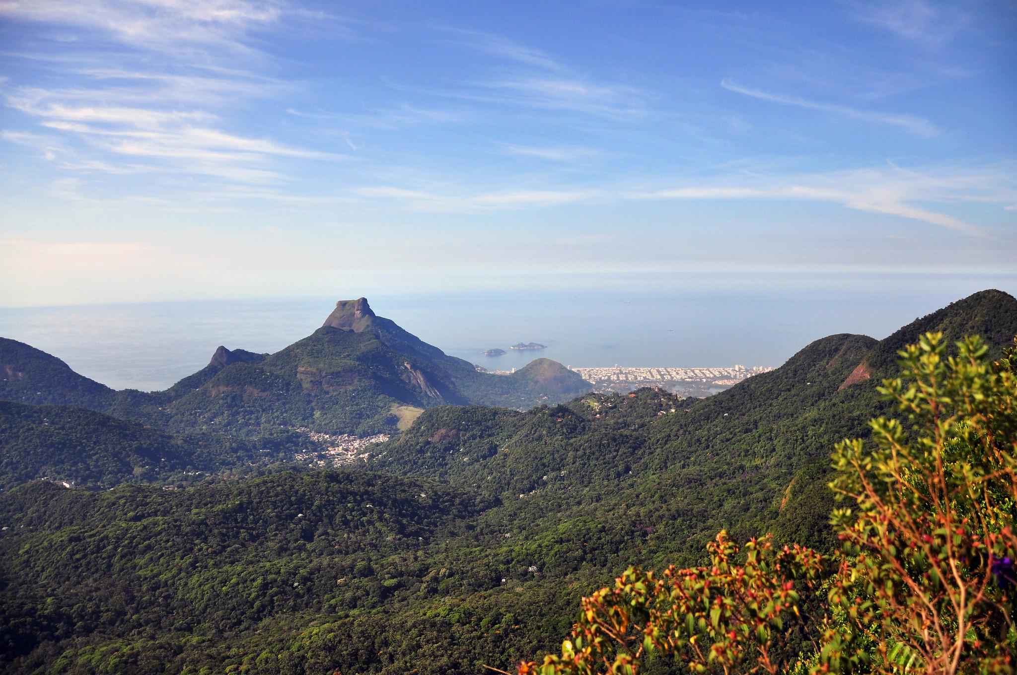 Foto mostra paisagem com vista para a Pedra da Gávea
