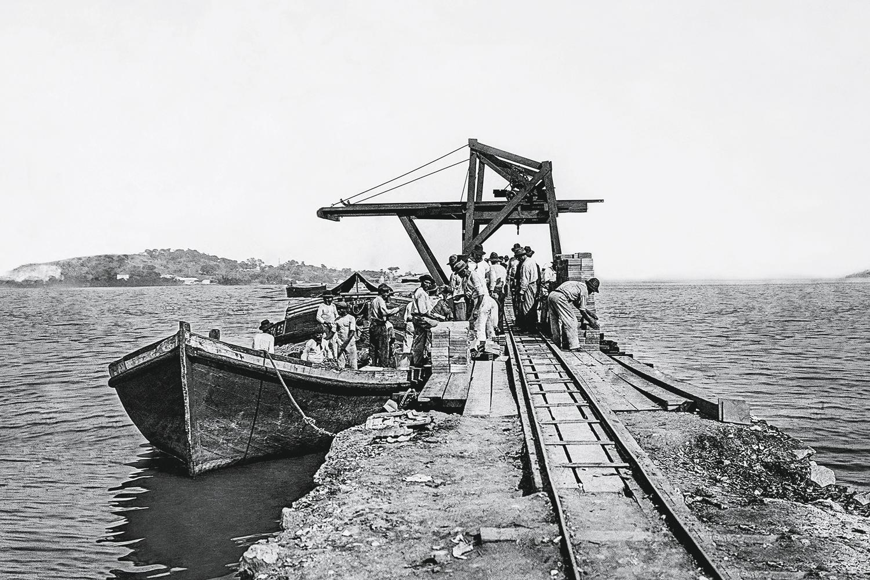 Ancoradouro em Manguinhos: a construção da Avenida Brasil, em 1946, aterrou grande parte das praias da Zona Norte -