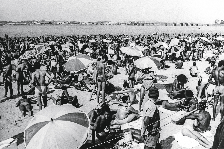 Domingo de sol, adivinha aonde nós vamos? A Praia de Ramos, outrora Maria Angu, em tempos mais balneáveis e apinhada de gente nos anos 1960 -