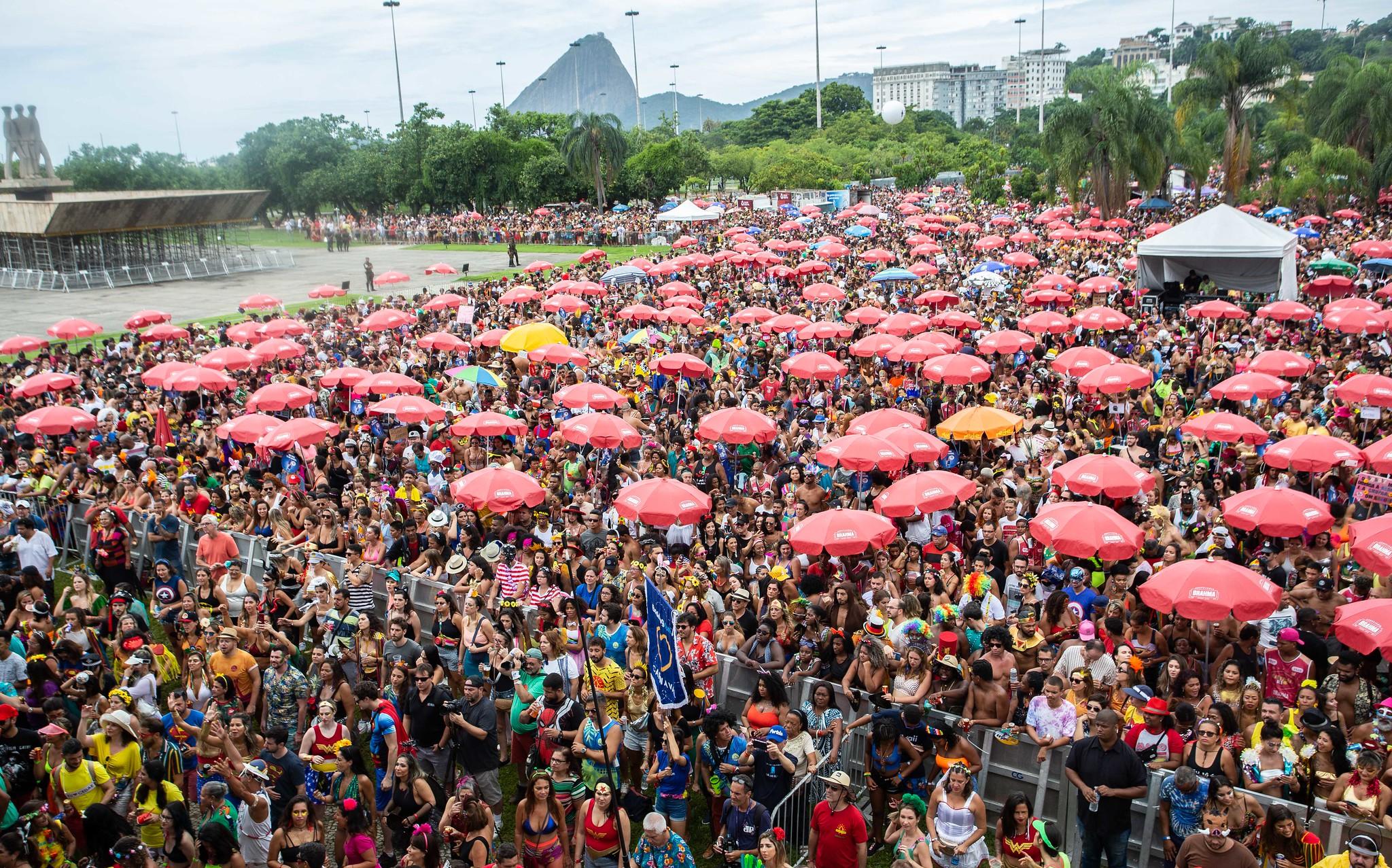 Imagem mostra foliões aglomerados em um bloco de carnaval no aterro do flamengo