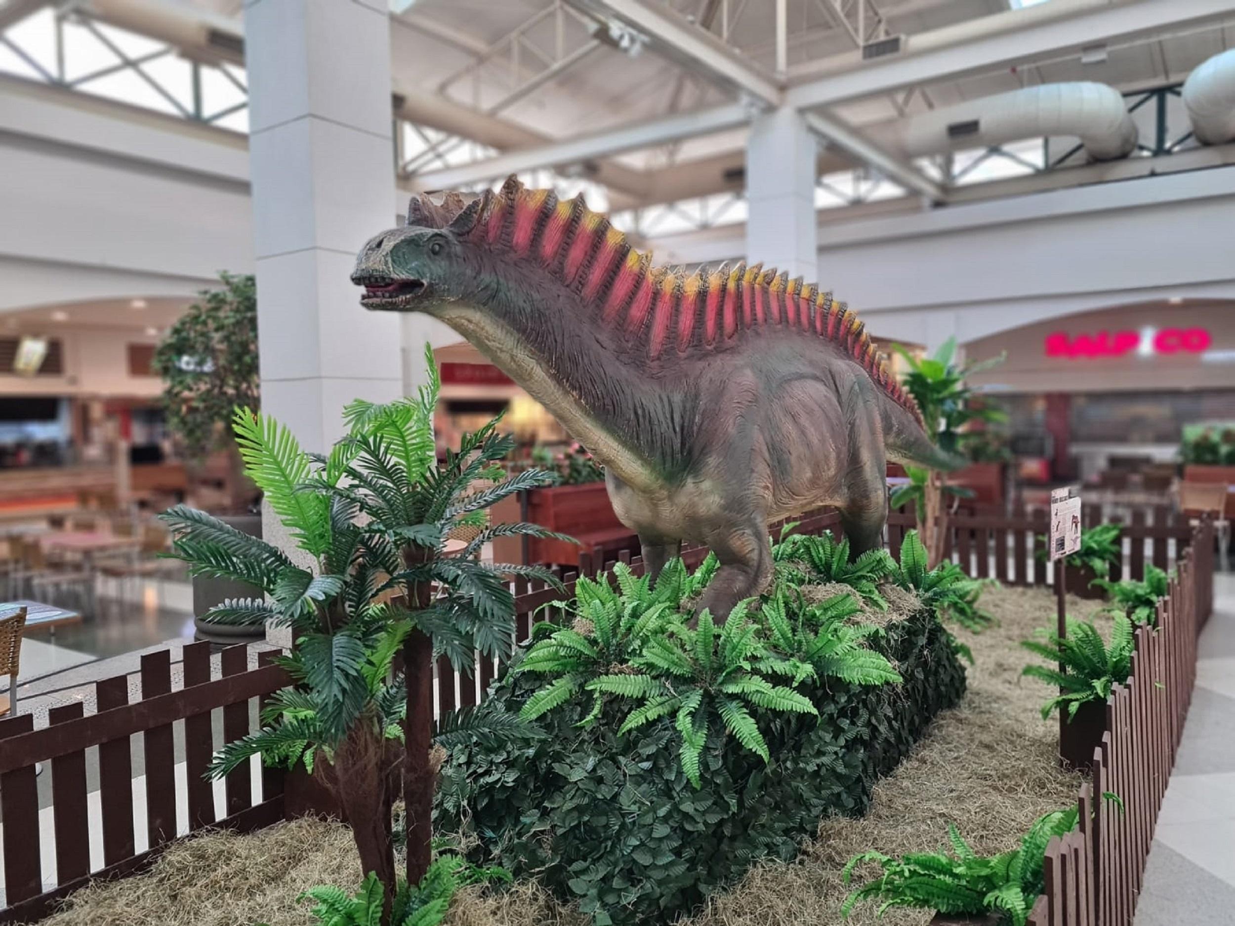 Foto mostra réplica de dinossauro