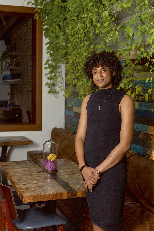 Recém-chegada ao salão do estrelado Lasai: em seu primeiro emprego de carteira assinada, Maya Catana, 23 anos, arrancou elogios do chef Rafa Costa e Silva -