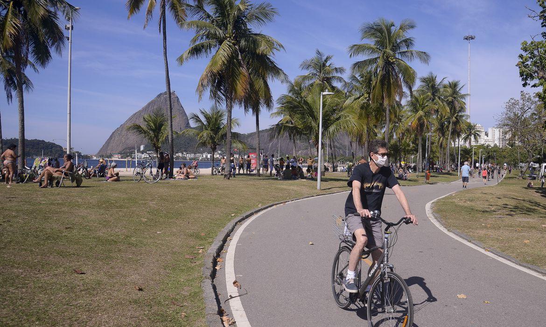 Foto mostra homem andando de bicicleta no Aterro do Flamengo