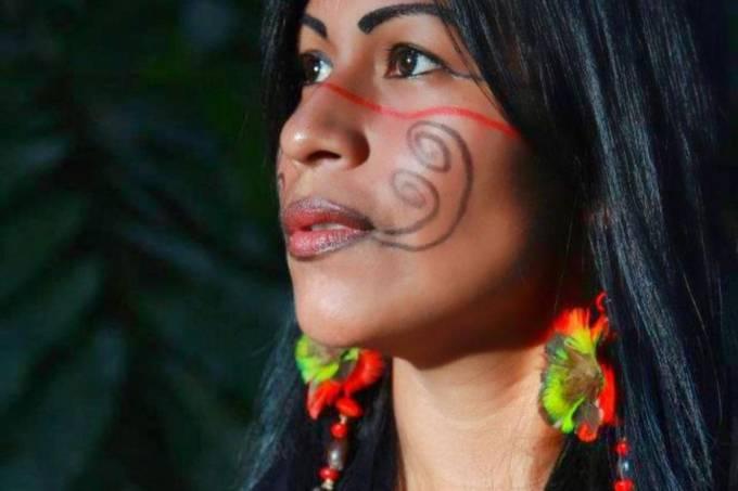 Djuena Tikuna contemplada em edital e tocando no rádio