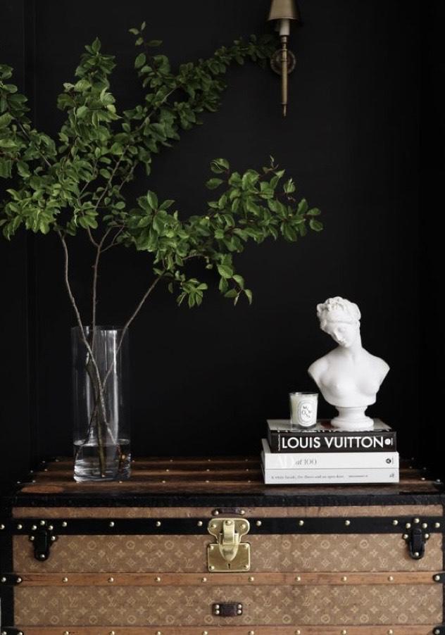 A imagem mostra um baú da marca Louis Vuitton