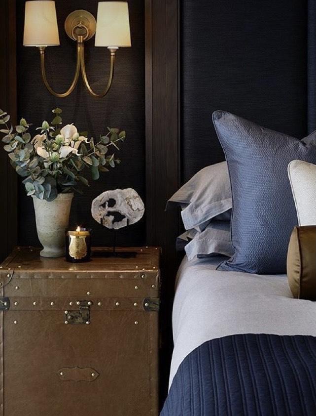 A imagem mostra um baú ao lado da cama.
