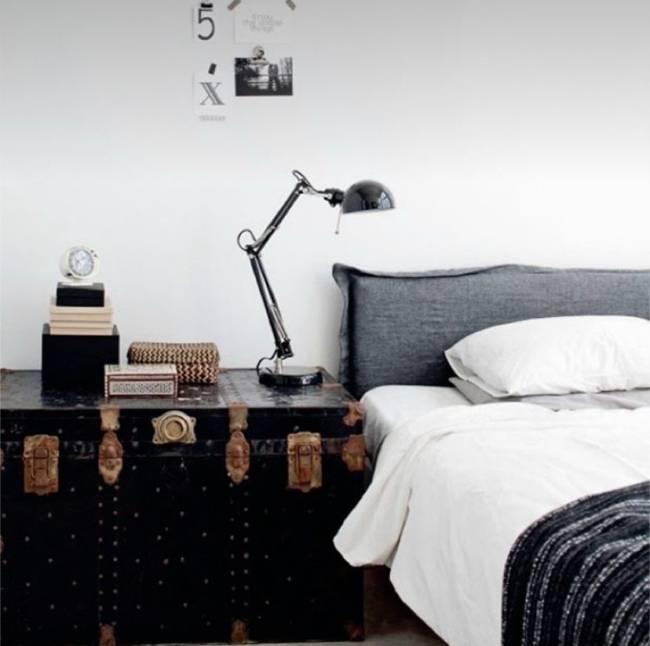 A imagem mostra um quarto com o baú ao lado da cama