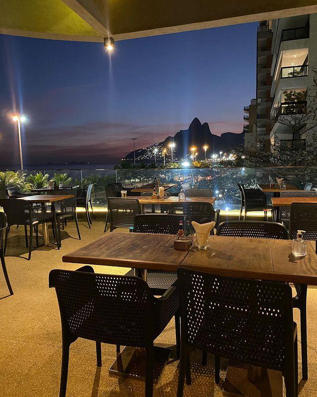 O rooftop: vista privilegiada para a praia e o Morro Dois Irmãos