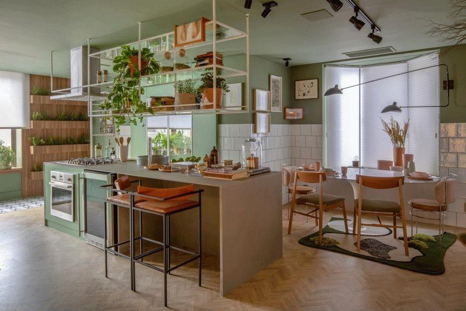 cozinha com ilha em tons de verde menta e bancada cinza