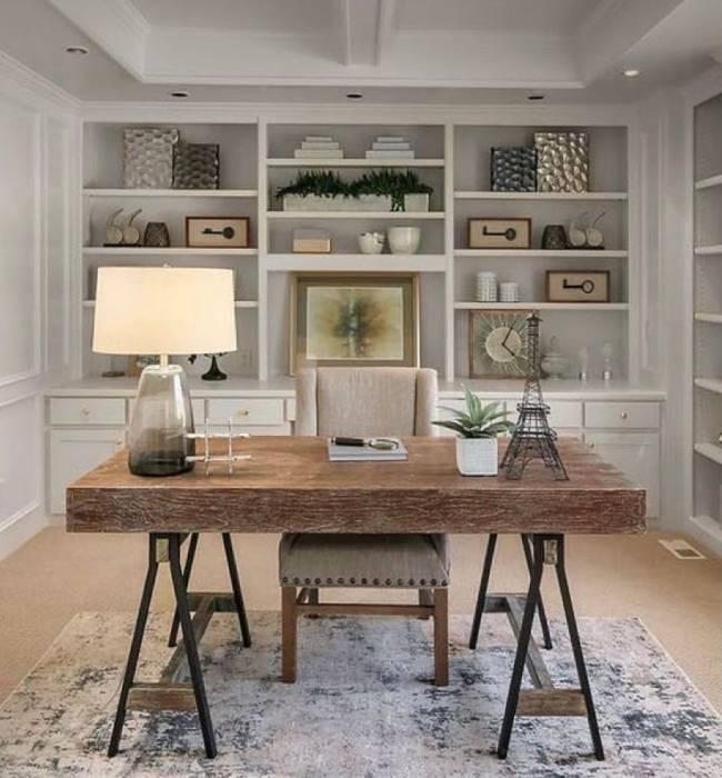 Imagem mostra um home office segundo plano e em primeiro plano uma mesa com uma cadeira