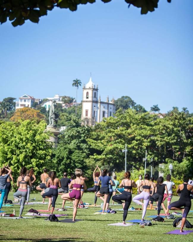Imagem mostra grupo de pessoas praticando yoga