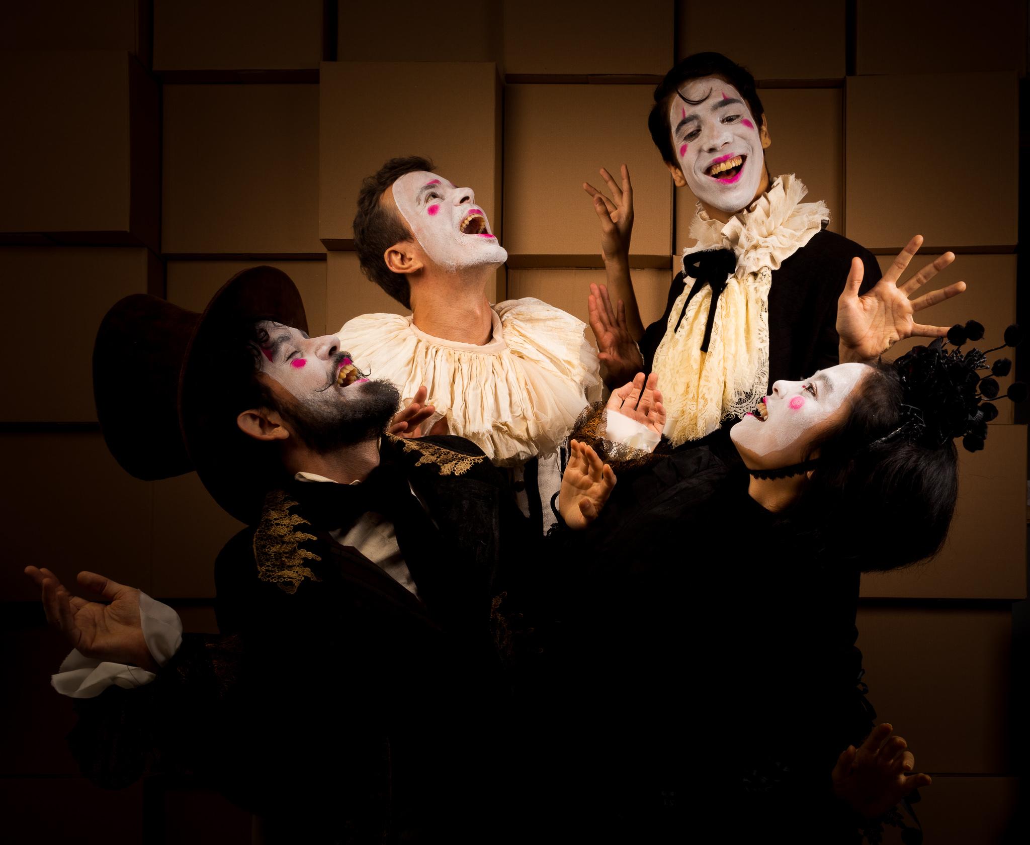 Foto mostra grupo de atores rindo com as caras pintadas de branco e roupas antigas