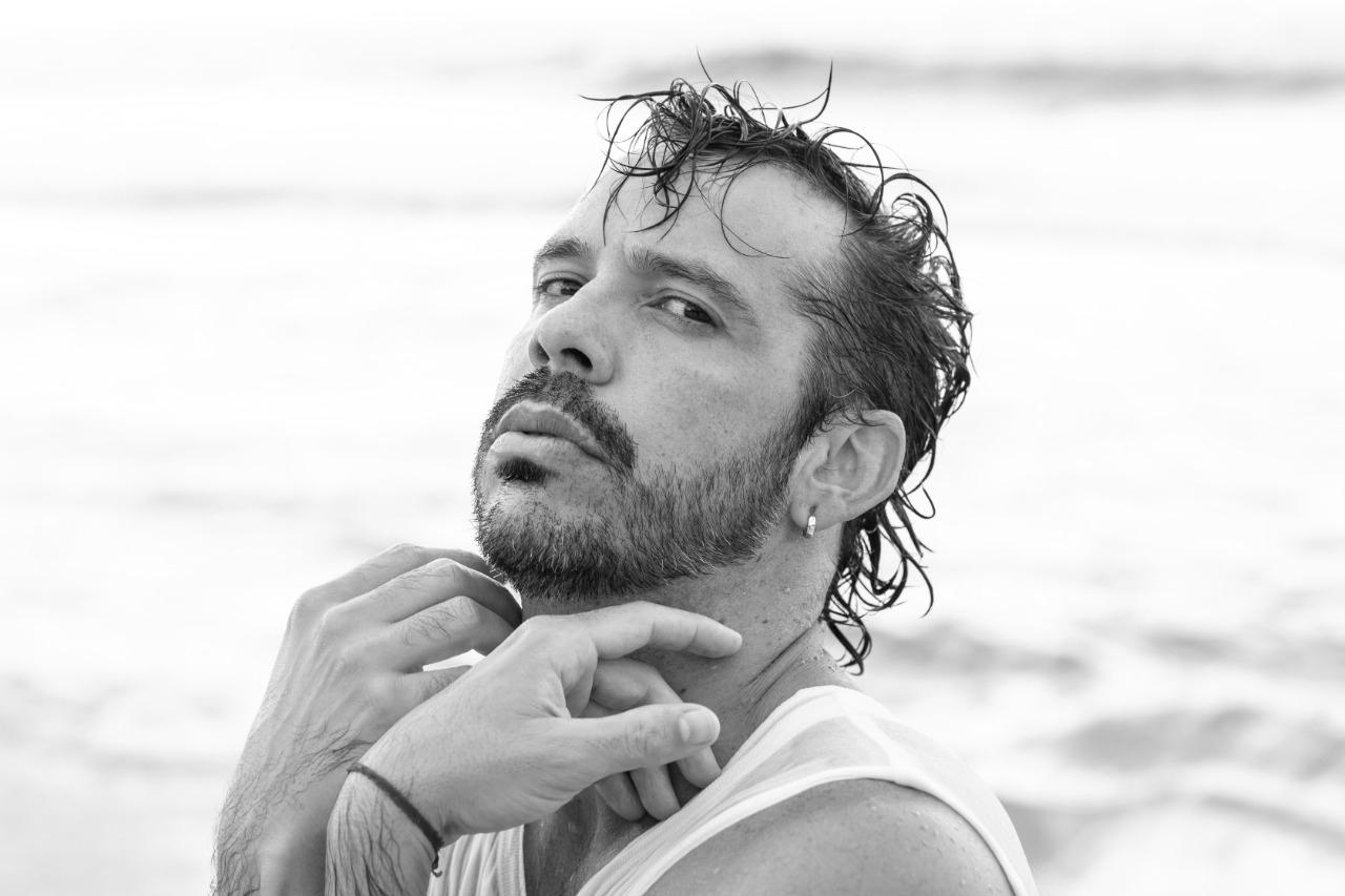 Almerio vem de uma cidade do interior do Agreste de Pernambuco, Altinho, e é uma potência artística, que ganhou em 2018 o prêmio de Cantor Revelação.