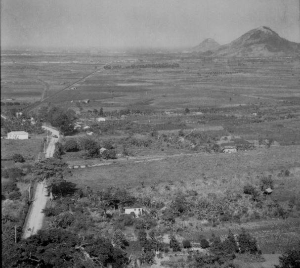 Foto antiga e sem data da Baixada de Jacarepaguá, onde se vê uma grande terra rural.
