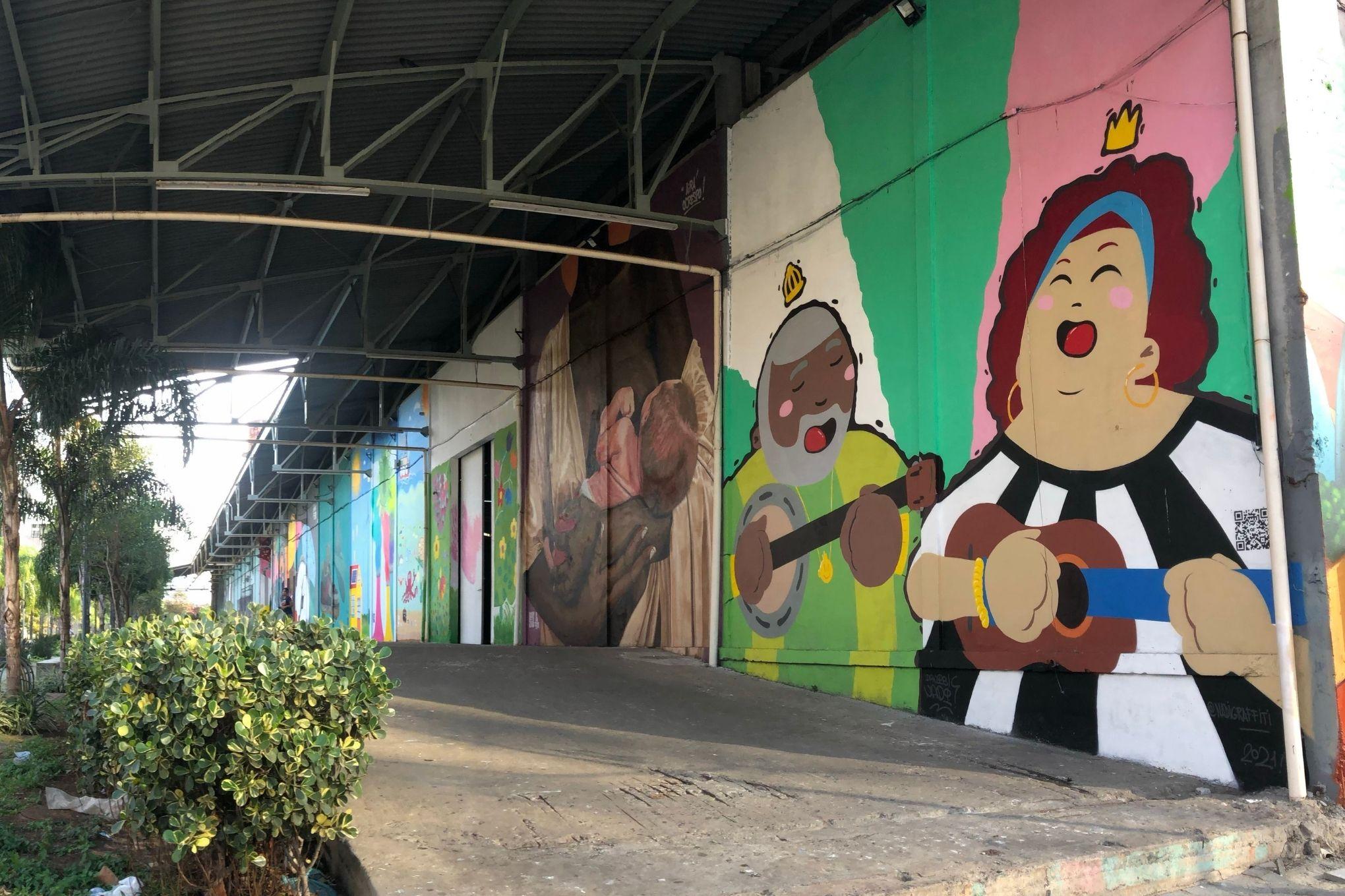 Uma arte em grafite mostra Arlindo Cruz e Beth Carvalho fazendo um dueto