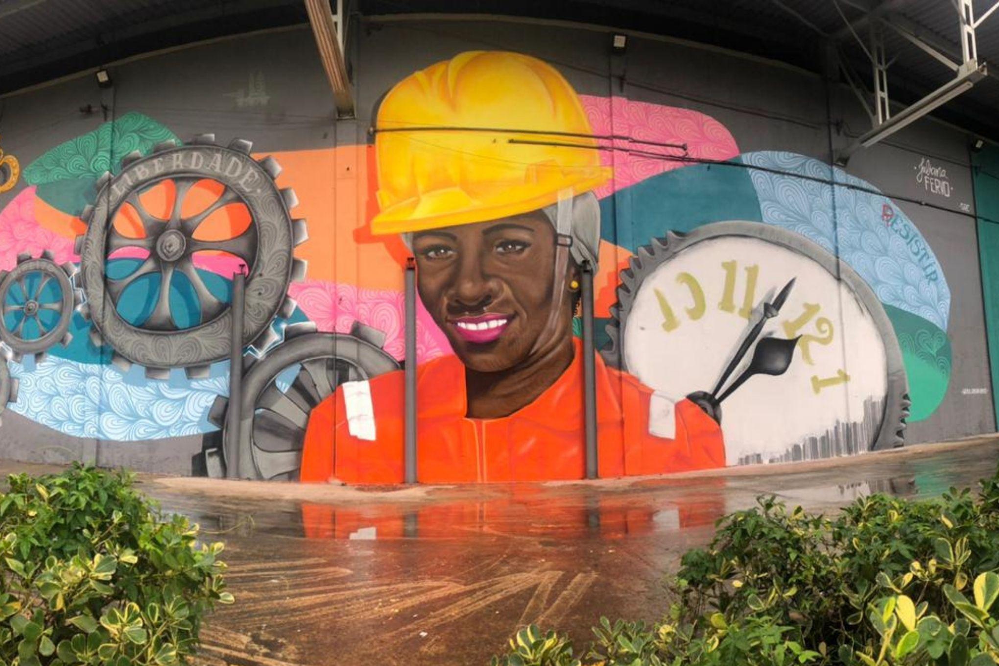 Arte em grafite mostra uma mulher negra que trabalha no setor petrolífero.