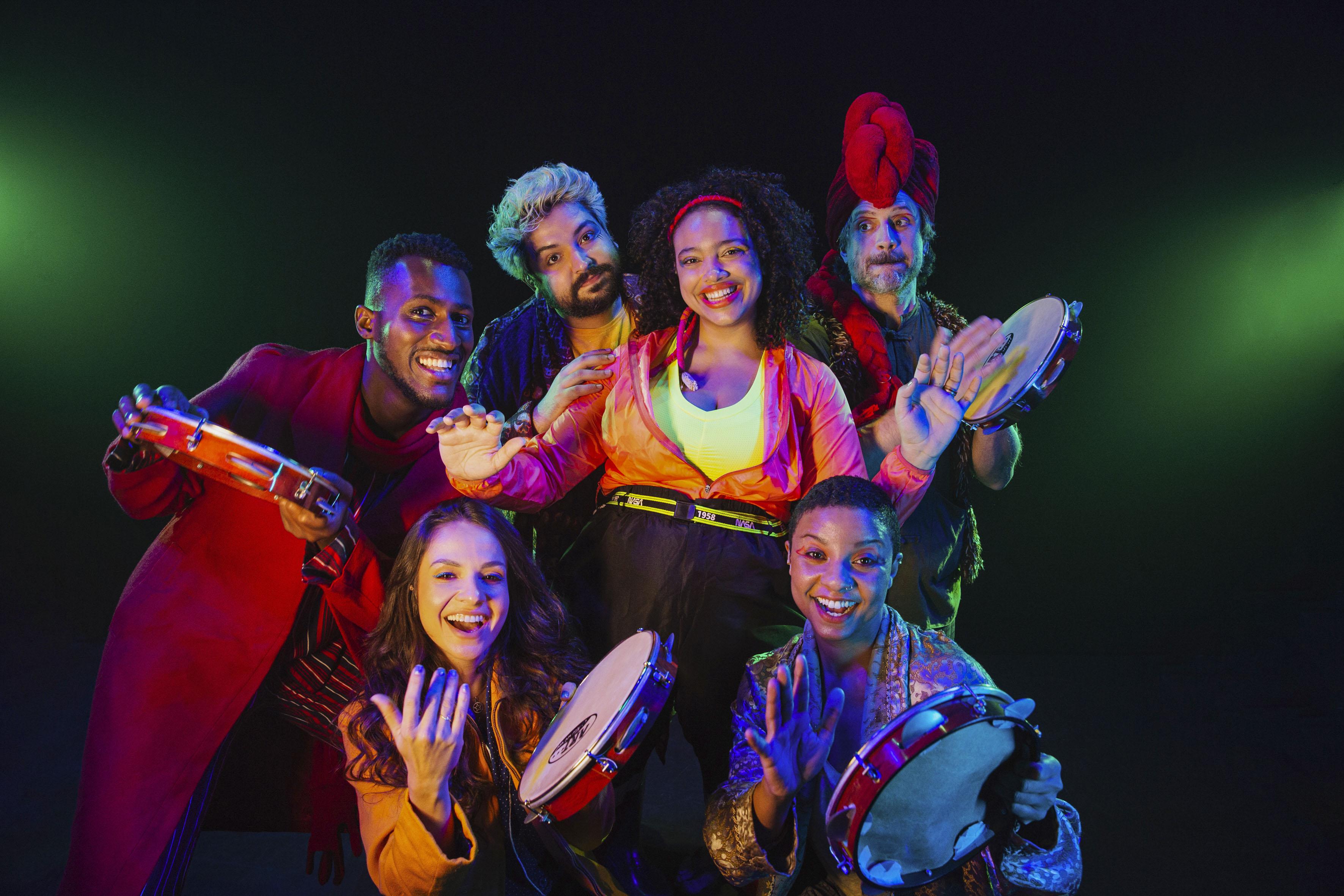 Imagem mostra seis jovens com roupas nas cores neon