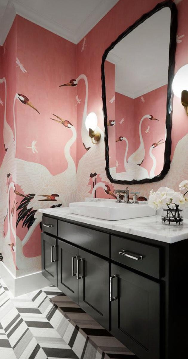 A imagem mostra um banheiro com papel de parede