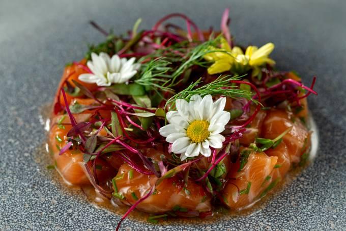 Kitchen_Cubos de salmão marinado com geleia de pimenta e cebola roxa_NaoHara_Landau