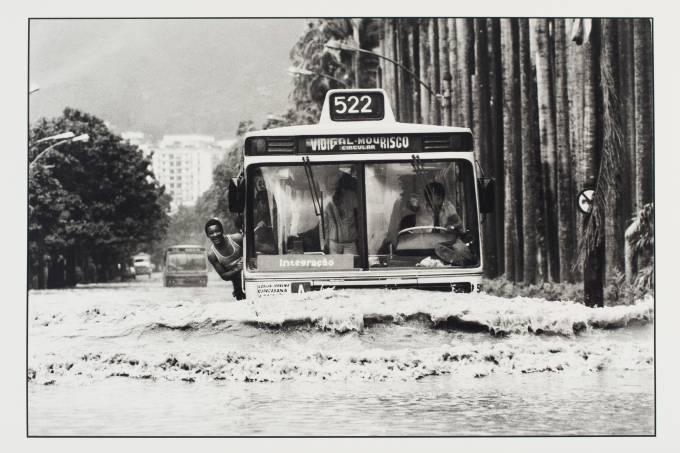 Ônibus em inundação no Jardim Botânico, Evandro Teixeira
