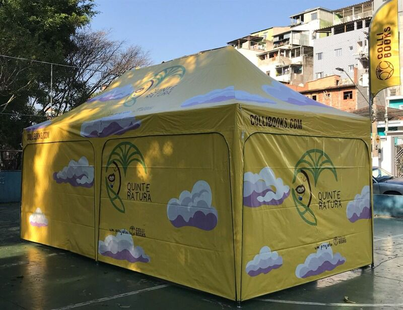 Foto mostra uma tenda amarela escrita