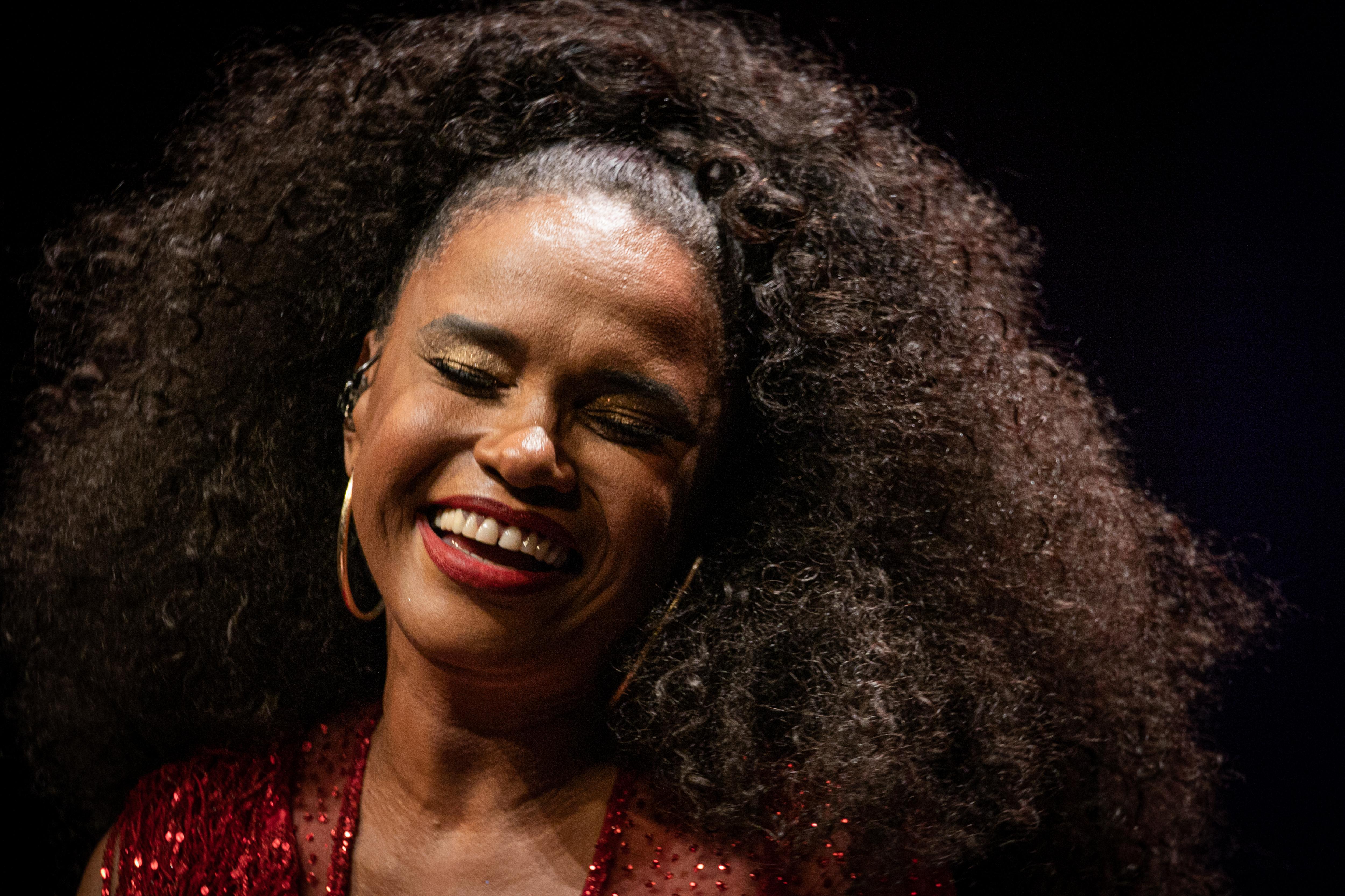 A emoção de Teresa Cristina em seu show de aniversário, no VIVO RIO, em fevereiro deste ano