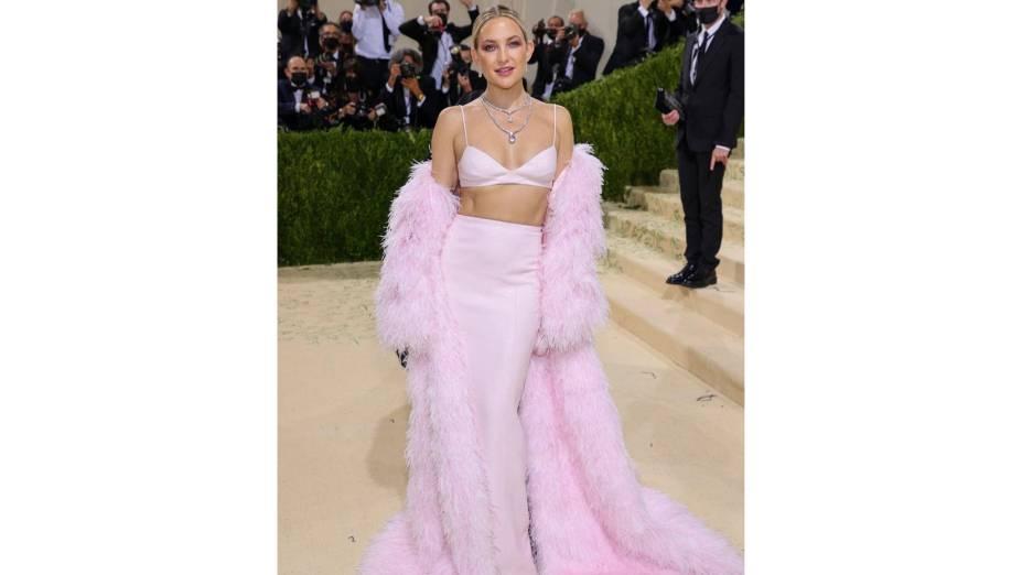 Kate Hudson de look rosa bebê assinado por Michael Kors no Met Gala 2021