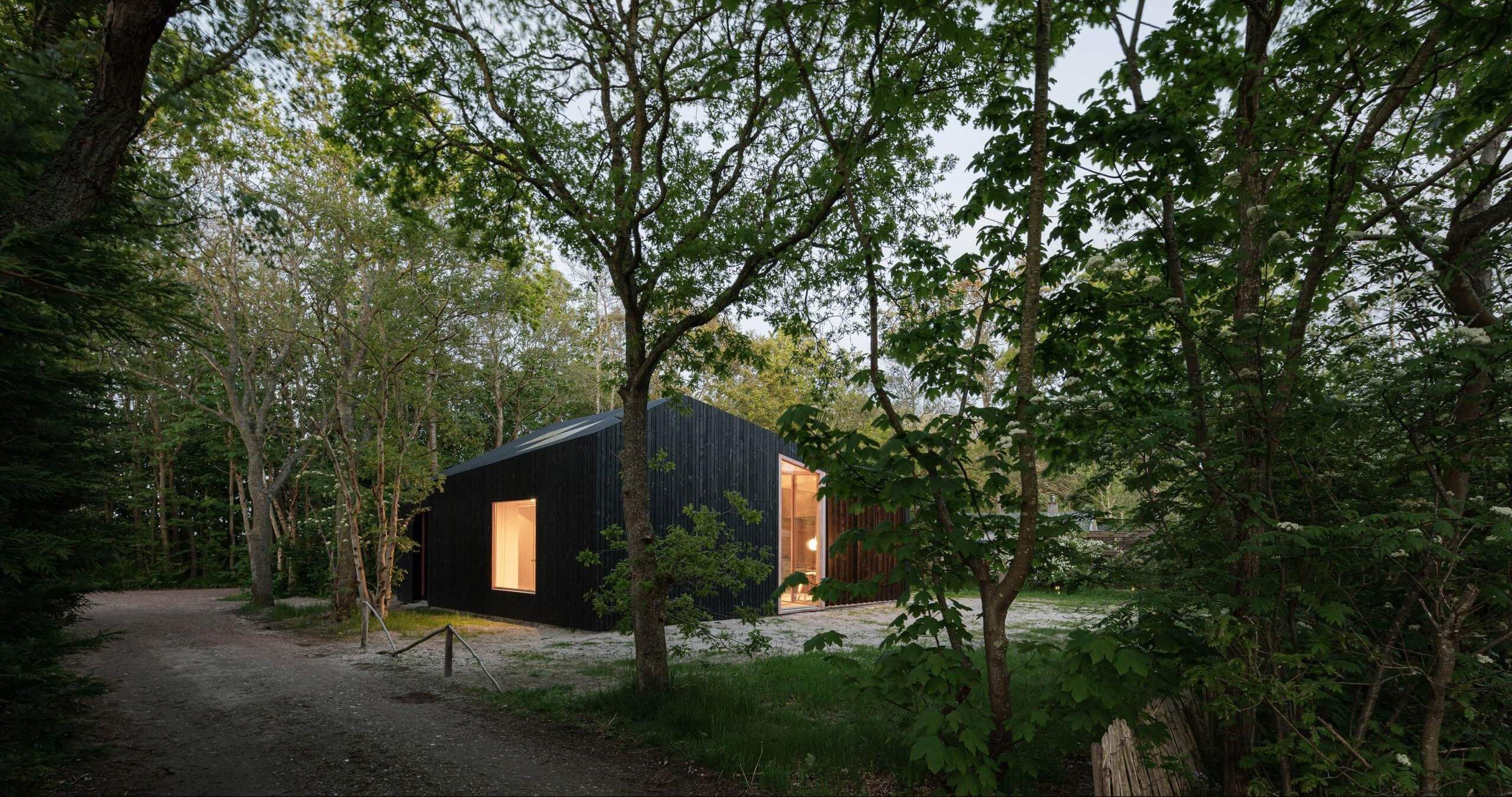 A Holiday Home é uma cabana flexível que se adapta ao longo do dia