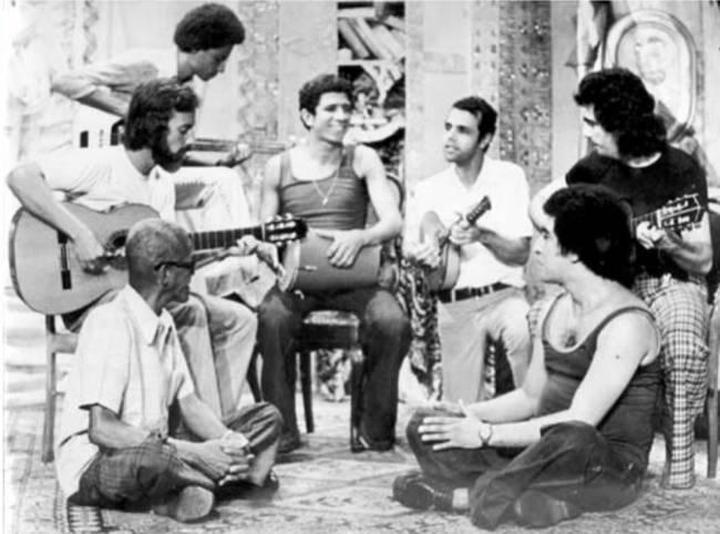 Foto do grupo do Cartola acompanhado de Roberto Nascimento, Cláudio Jorge, Milton Manhães, Joel Nascimento, Guinga e Joao Nogueira