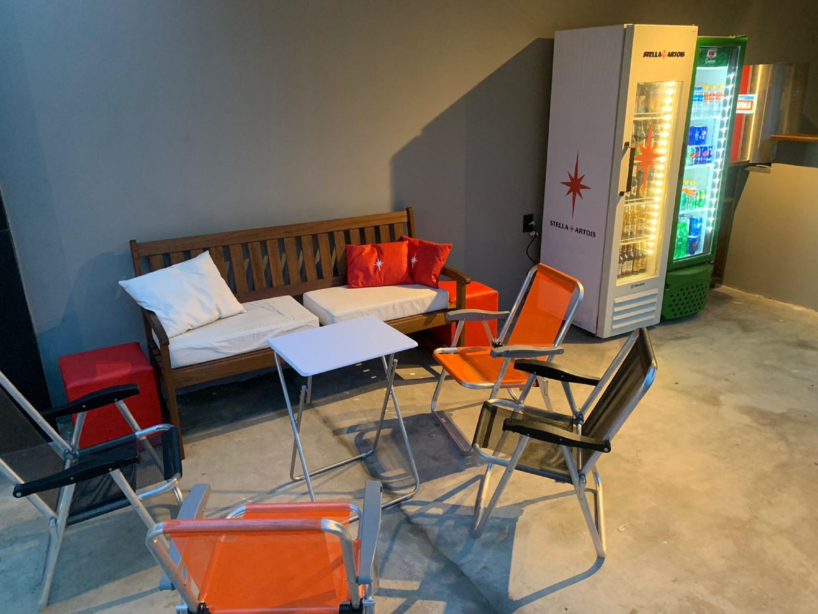 Lounge: cadeira de praia no terraço para apreciar aquele drinque ou cervejinha gelada