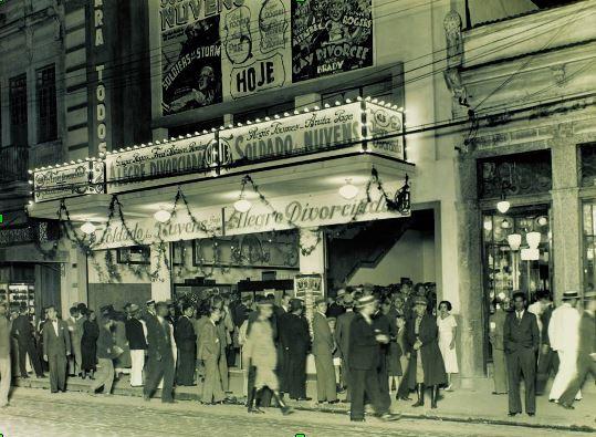 Foto preta e branco do cinema Para Todos, na Rua Arquias Cordeiro, Méier, em 1935.
